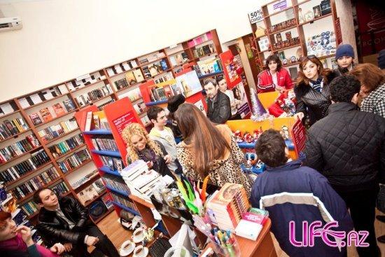 Нура Сури снова занялась продажей книг [15 фото]