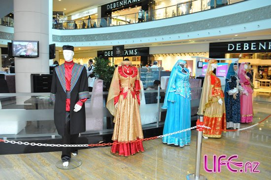 В Park Bulvar проходит выставка национальной одежды