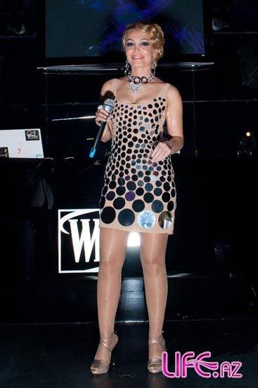 Зеркальное платье неординарной певицы Нури Сури [Фото]