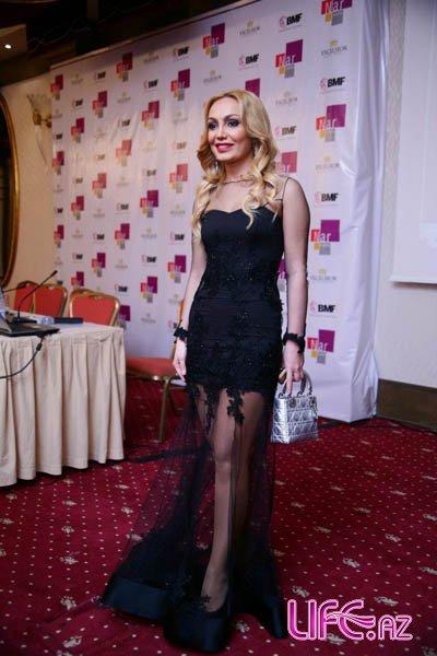 Нура Сури в элегантном платье [Фото]
