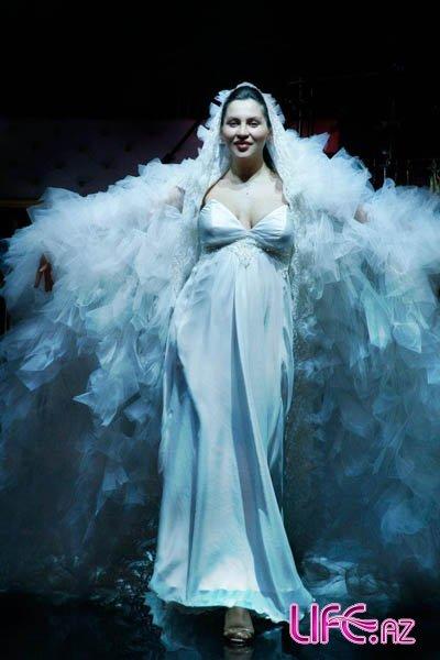 Беременная модель Гюнай Мусаева в свадебном платье вышла на дефиле [Фото]