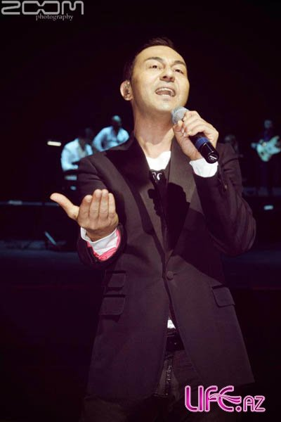 Сердар Ортадж на сцене в Баку спел азербайджанскую песню