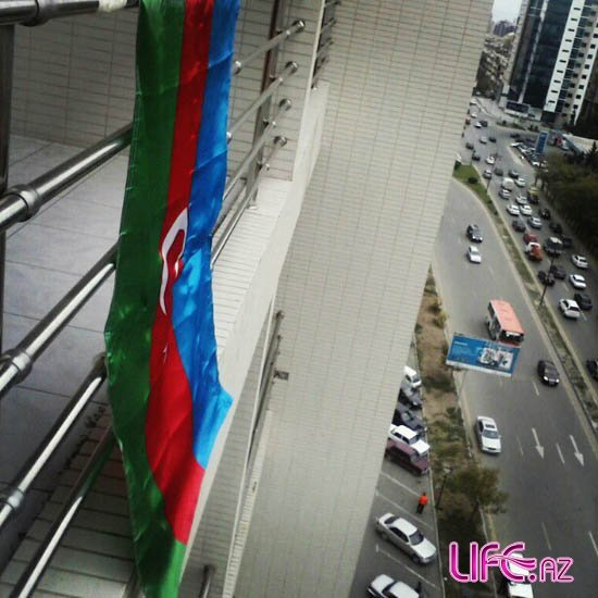 На праздники Фаик Агаев вывесил азербайджанский флаг с балкона [Фото]