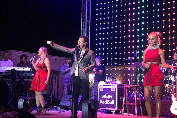 Сердар Ортадж дал концерт на побережье Каспийского моря
