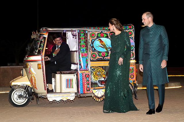 Принц Уильям и Кейт Миддлтон прибыли на прием на тук-туке